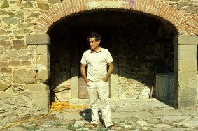 Caption: Costantino Nivola at his farmhouse, Dicomano, Italy, 1981. Photo courtesy of Richard Ingersoll.