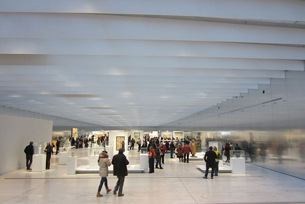 Grand gallery of the Louvre-Lens. (Photo by Richard Ingersoll.)