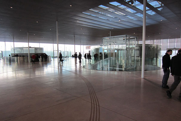Foyer of Louvre-Lens. (Photo by Richard Ingersoll.)